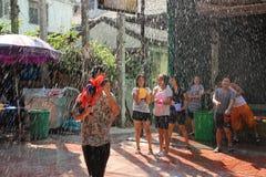 Bangkok, Tailandia - 15 de abril: Riegue la lucha en Año Nuevo tailandés del festival de Songkran el 15 de abril de 2011 en el so Fotografía de archivo