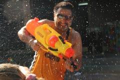 Bangkok, Tailandia - 15 de abril: Riegue la lucha en Año Nuevo tailandés del festival de Songkran el 15 de abril de 2011 en el so Imagen de archivo