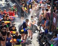 Bangkok, Tailandia - 15 de abril: Turistas que tiran los armas de agua y h Foto de archivo libre de regalías