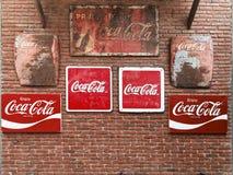 BANGKOK, TAILANDIA - 13 DE ABRIL DE 2018: Un diverso tipo de metal de Coca Cola del vintage firma en la pared de ladrillo imagen de archivo