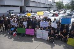 Bangkok, Tailandia: 31 de agosto de 2016 - el usuario del coche del vado en Tailandia consigue a una multitud de destello en el h Imagen de archivo