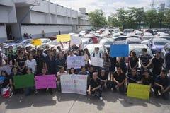 Bangkok, Tailandia: 31 de agosto de 2016 - el usuario del coche del vado en Tailandia consigue a una multitud de destello en el h Foto de archivo libre de regalías