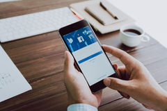 Bangkok, Tailandia - 23 de agosto de 2017: Iconos de Facebook de la pantalla de inicio de sesión en Apple IPhone el sitio social  Foto de archivo libre de regalías