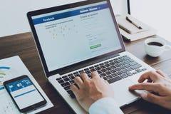 Bangkok, Tailandia - 23 de agosto de 2017: Iconos de Facebook de la pantalla de inicio de sesión encendido en Apple Macbook el es Foto de archivo libre de regalías