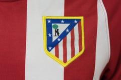 BANGKOK, TAILANDIA - 23 DE AGOSTO: el logotipo del logotipo de Atletico Madrid Foto de archivo libre de regalías