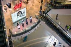 BANGKOK, TAILANDIA - 24 DE AGOSTO: El minorista de ropa H&M puso el cartel y el maniquí para atraer a clientes en el terminal 21  foto de archivo libre de regalías