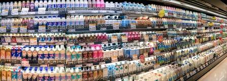 BANGKOK, TAILANDIA - 22 DE AGOSTO: El supermercado de Freshmart en la alameda Bangkhae en Bangkok almacena completamente diversas fotografía de archivo