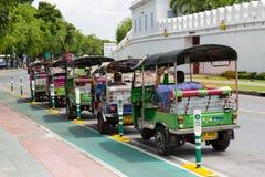 Bangkok, Tailandia 2 de agosto: Estacionamiento tailandés del taxi de TukTuk en la fila al lado del palacio magnífico el 2 de ago Fotografía de archivo