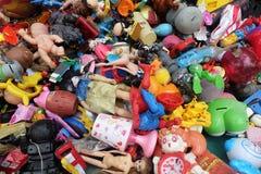 BANGKOK, TAILANDIA - 25 de agosto de 2018 la pila de juguetes plásticos del ` s de los niños rotos o el daño se descarga en la 2d imagen de archivo