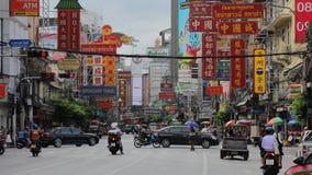 BANGKOK, TAILANDIA - 29 DE AGOSTO DE 2018: Opinión de Timelapse sobre paso del tráfico por la calle de Yaowarat en Chinatown en B almacen de video