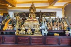 BANGKOK, TAILANDIA - 21 de diciembre de 2017: Buda de oro adornado en el templo público Wat Saket según lo conocido como soporte  Fotografía de archivo