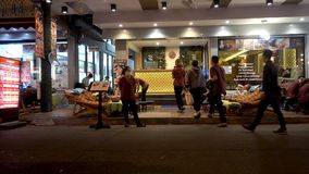 BANGKOK, TAILANDIA - 22 de diciembre de 2017: Camino de Khaosan en la noche Masaje almacen de video