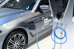 Bangkok, Tailandia - 3 de diciembre de 2018: Carga eléctrica de BMW coche híbrido de 5 series mostrado en la expo 2018 del motor  imágenes de archivo libres de regalías