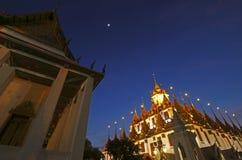 BANGKOK, TAILANDIA - 17 DE DICIEMBRE DE 2015: Escena metálica de la noche del castillo de Wat Ratchanadda Foto de archivo libre de regalías