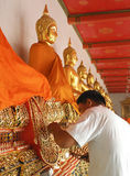 BANGKOK, TAILANDIA 24 DE DICIEMBRE: El artista que repara al Buda antiguo que durante 200 años alrededor del templo principal Fotografía de archivo libre de regalías