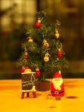 Bangkok, Tailandia - 19 de diciembre de 2017 Feliz Navidad Toy Deco Fotos de archivo libres de regalías