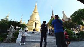 Bangkok, Tailandia - 25 de diciembre de 2018: Lapso de tiempo de Wat Phra Kaew también conocido como el templo de Emerald Buddha  almacen de video