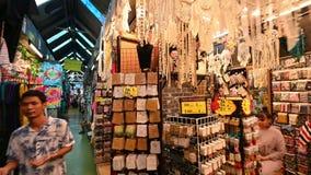 Bangkok, Tailandia - 22 de diciembre de 2018: Las muchedumbres de compradores tailandeses y extranjeros gozan el colgar hacia fue almacen de metraje de vídeo