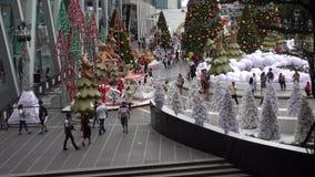 BANGKOK, TAILANDIA - 5 de diciembre de 2017: Los árboles de navidad pusieron en la alameda de compras central del mundo para la N almacen de video