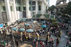 BANGKOK, TAILANDIA - 6 de diciembre de 2017: Los extranjeros y la gente local visitan y adoran la capilla de Erawan en el Ratchap Fotografía de archivo libre de regalías