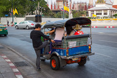 BANGKOK, TAILANDIA 12 DE DICIEMBRE: Los turistas chinos son se levantan en tuk-tuk Imágenes de archivo libres de regalías