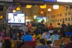 BANGKOK, TAILANDIA - 22 de diciembre de 2017: Músico en un café de la noche en la calle de Rambuttri imágenes de archivo libres de regalías