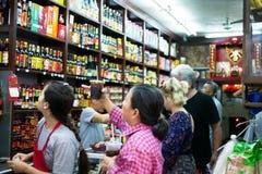 BANGKOK, TAILANDIA - 29 DE DICIEMBRE DE 2017: Muchos clientes están eligiendo comprar medicinas tradicionales en farmacias en Yao foto de archivo libre de regalías