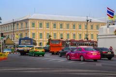 BANGKOK, TAILANDIA 12 DE DICIEMBRE: Tráfico delante del ministerio de la internacional Fotos de archivo libres de regalías