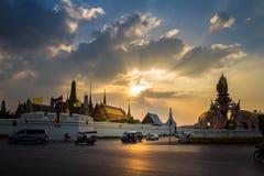 BANGKOK, TAILANDIA 12 DE DICIEMBRE: Tráfico fuera del palacio magnífico (Wat P Foto de archivo