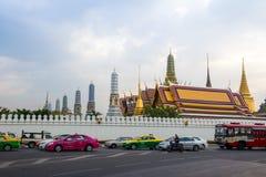 BANGKOK, TAILANDIA 12 DE DICIEMBRE: Tráfico fuera del palacio magnífico (Wat P Imagen de archivo