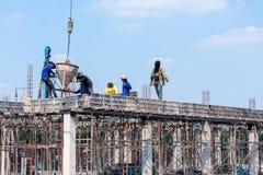 BANGKOK, TAILANDIA - 23 DE DICIEMBRE: Trabajos no identificados de los trabajadores de construcción con el cemento levantado de u fotografía de archivo