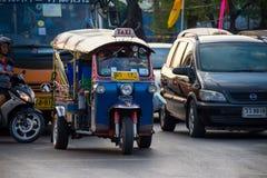 BANGKOK, TAILANDIA 12 DE DICIEMBRE: Tuk-tuk de la toma de los turistas para la conveniencia s Imágenes de archivo libres de regalías