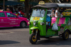 BANGKOK, TAILANDIA 12 DE DICIEMBRE: Tuk Tuk está corriendo y pasajero de la búsqueda Fotos de archivo libres de regalías