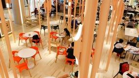 BANGKOK, TAILANDIA - 26 DE DICIEMBRE DE 2017: Zona de restaurantes de Siam Paragon metrajes