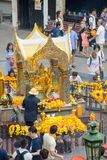 Bangkok, Tailandia - 27 de enero de 2018: Capilla de Erawan el 27 de enero de 2018 Las fieles hacen un mérito en la capilla de Er Fotografía de archivo libre de regalías