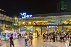 Bangkok, Tailandia - 10 de enero de 2016: Paseo no identificado de la gente en la alameda de compras de Siam Center Fotografía de archivo libre de regalías