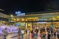 Bangkok, Tailandia - 10 de enero de 2016: Paseo no identificado de la gente en la alameda de compras de Siam Center Imágenes de archivo libres de regalías