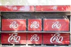 BANGKOK, TAILANDIA - 30 DE ENERO DE 2017: tienda closeing de la Coca-Cola en Imagen de archivo