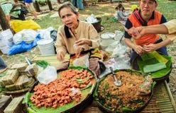 Bangkok, Tailandia - 17 de enero de 2015: Vendedores tailandeses no identificados imagenes de archivo