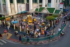 Bangkok, Tailandia, - 5 de enero de 2018: La capilla de Erawan en la intersección de Ratchaprasong en el tiempo del día, el 5 de  Fotos de archivo