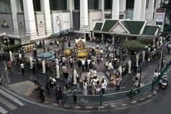 Bangkok, Tailandia, - 5 de enero de 2018: La capilla de Erawan en la intersección de Ratchaprasong en el tiempo del día, el 5 de  Imagen de archivo