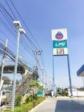 BANGKOK, TAILANDIA - 2 DE ENERO: La gasolinera del PTT LPG firma adentro el azul Foto de archivo libre de regalías