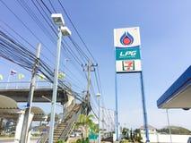 BANGKOK, TAILANDIA - 2 DE ENERO: La gasolinera del PTT LPG firma adentro el azul Imágenes de archivo libres de regalías