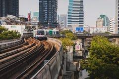 Bangkok, Tailandia - 12 de enero de 2019: Un tren de cielo del BTS llega para colocar imágenes de archivo libres de regalías