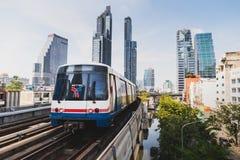 Bangkok, Tailandia - 12 de enero de 2019: Un tren de cielo del BTS llega para colocar fotografía de archivo