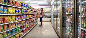BANGKOK, TAILANDIA - 22 DE ENERO: Una mujer no identificada hace compras en t fotografía de archivo libre de regalías