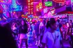 Bangkok, Tailandia - 21 de febrero de 2017: El turista visitó a Soi Cowbo Foto de archivo libre de regalías
