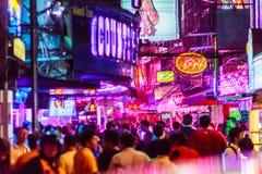Bangkok, Tailandia - 21 de febrero de 2017: El turista visitó a Soi Cowbo Fotos de archivo libres de regalías