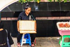 Bangkok, Tailandia - 28 de febrero de 2017: La lotería no identificada vende imagen de archivo
