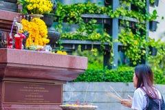 Bangkok, Tailandia - 22 de febrero de 2017: La mujer no identificada es pra Imágenes de archivo libres de regalías